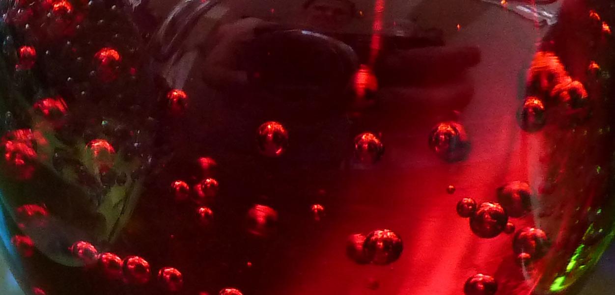 rotes Glas mit Luftblasen