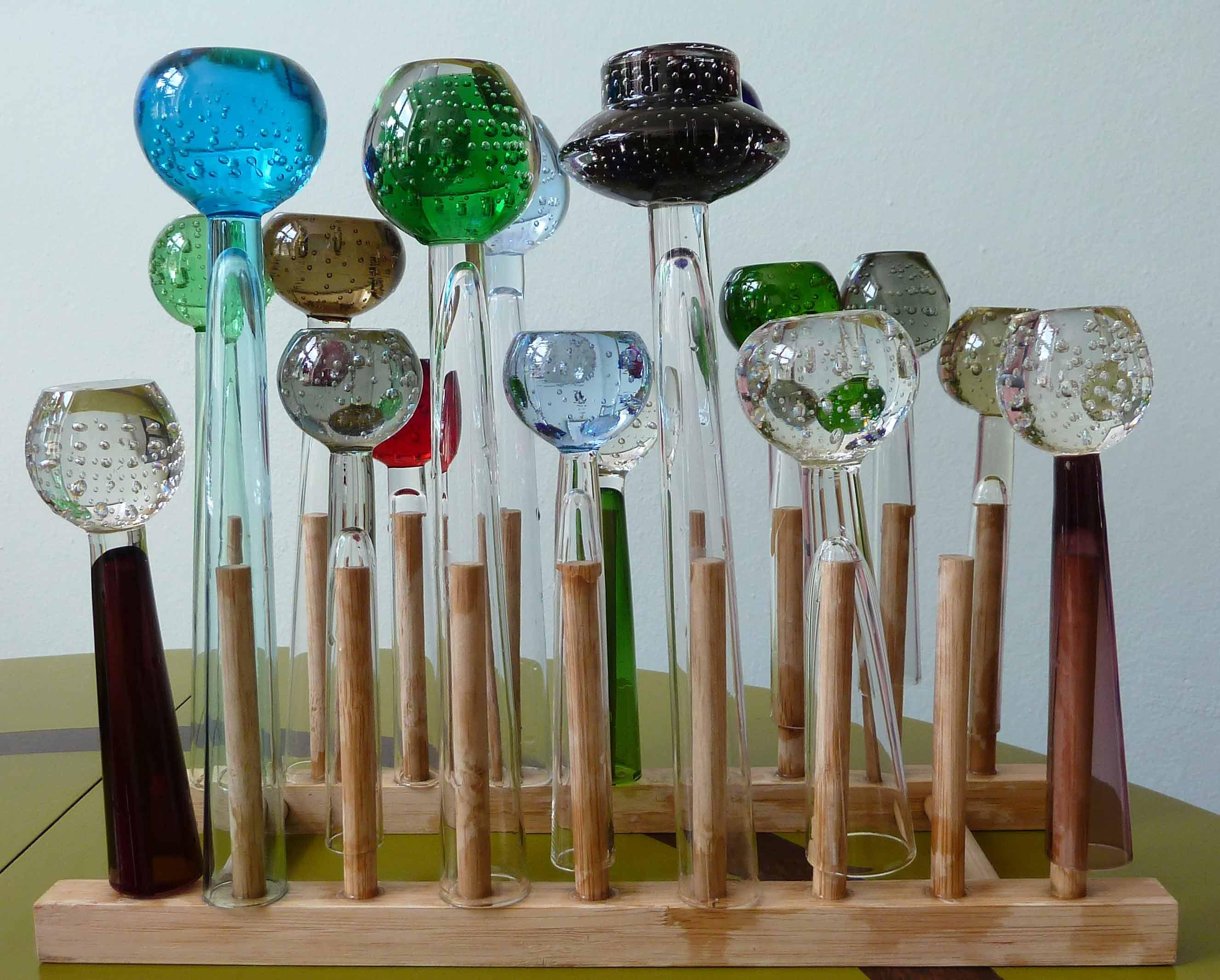Sammlung der Glasvasen auf einem Trockner