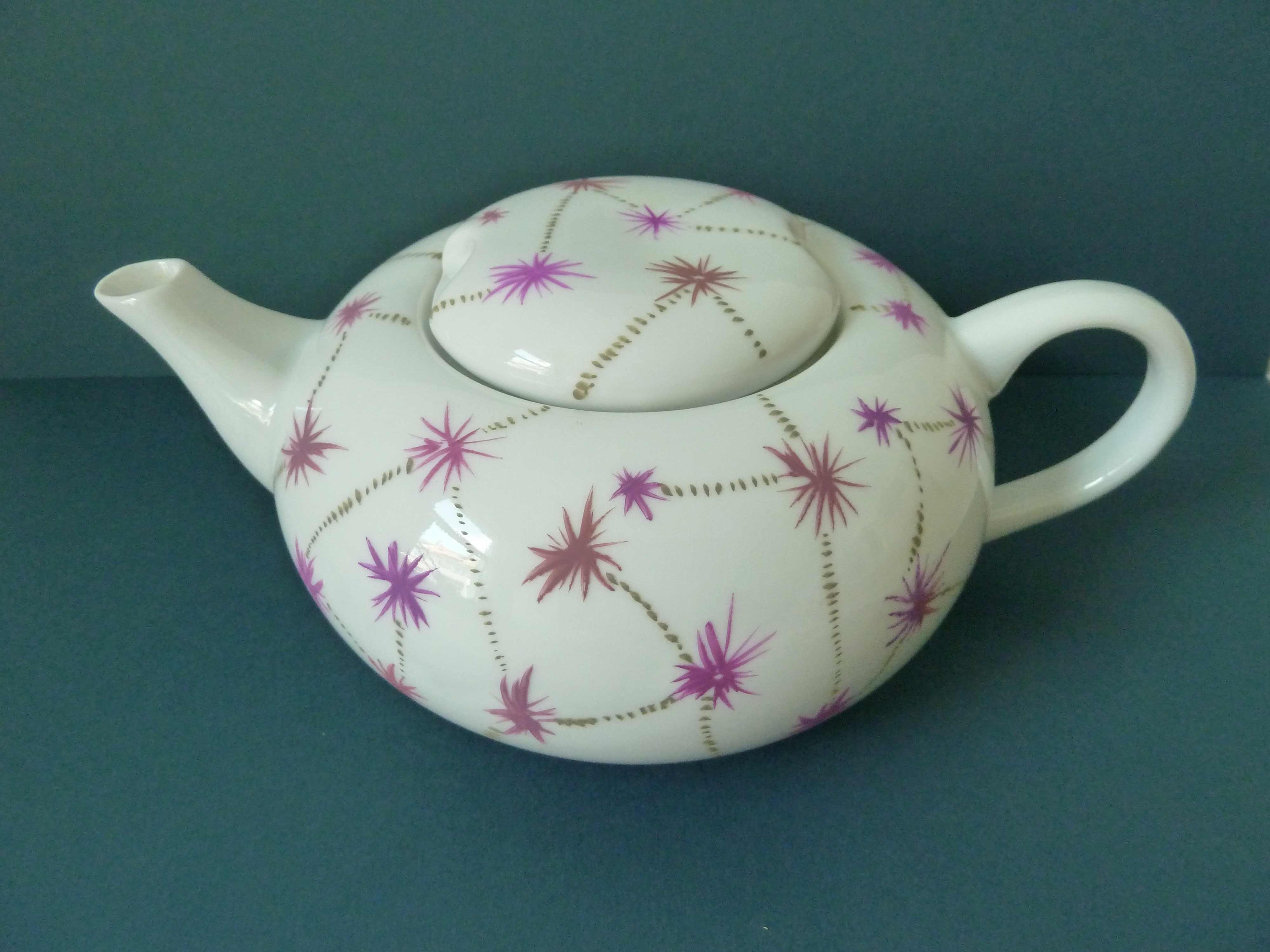 Weiße Teekanne bemalt Sternchen Punkte Violett