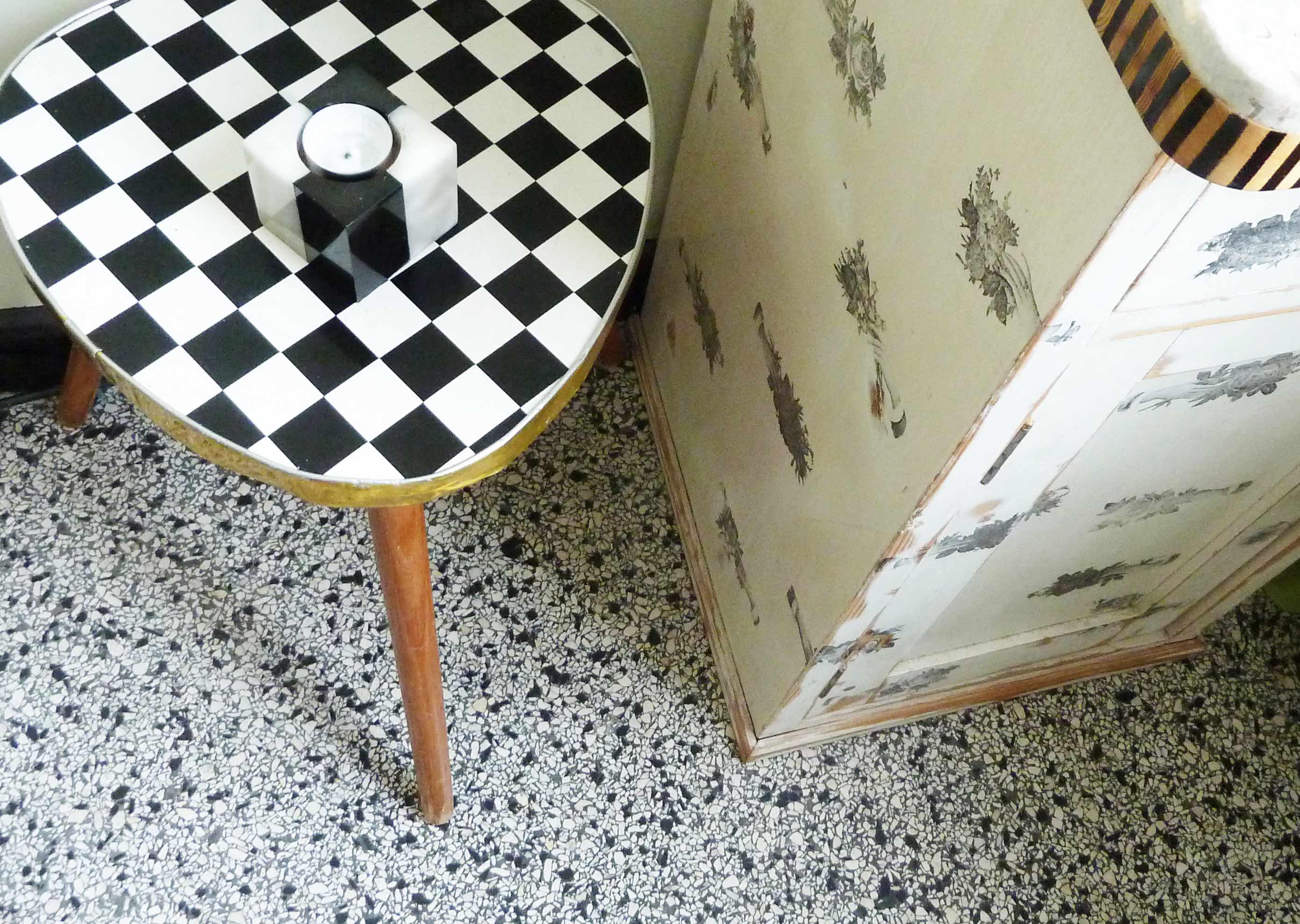 Schachbrett Hocker Nachtschrank schwarz weiß